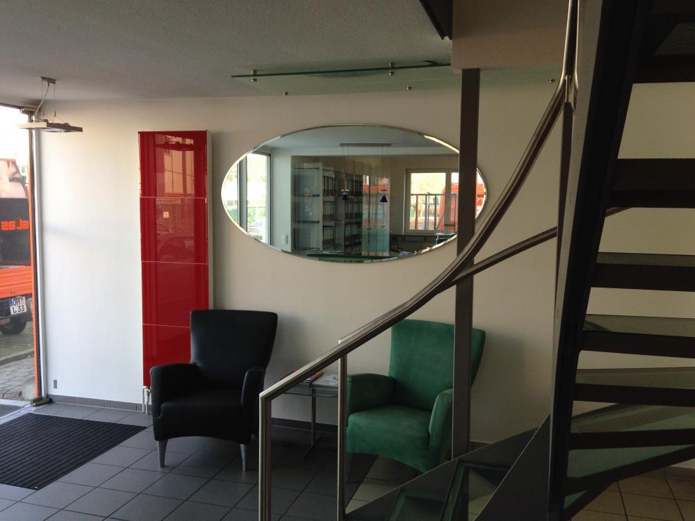 Ein ovaler Spiegel mit Modellfacette und montiert mit einer Magnet-Aufhängung.